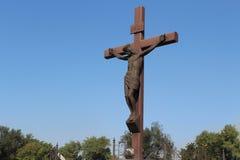 在受难象的美好的纪念碑十字架 免版税库存照片
