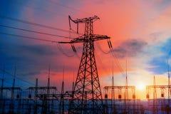 在变压器分站的背景的电子定向塔在日落期间的 库存图片