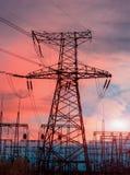 在变压器分站的背景的电子定向塔在日落期间的 库存照片