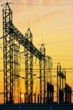 在变压器驻地的电网络在日出,垂直 免版税库存图片
