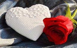 在变成银色的背景的浪漫心脏和红色玫瑰 免版税库存图片