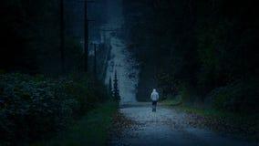 在变暗的风景-消沉,寂寞概念的人步行 股票录像