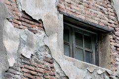 在变老的和被击毁的墙壁上的视窗 免版税库存照片