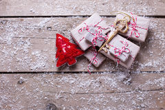 在变老的被包裹的圣诞节礼物,关键和装饰毛皮树 免版税库存照片