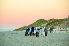 在叙尔特岛,德国的海滩睡椅 免版税库存照片