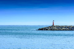 在口岸入口的红色灯塔  免版税图库摄影