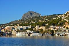 在口岸和沿海看法,西班牙的地中海渔船 免版税图库摄影
