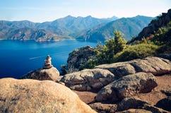 在口岸和Scandola海湾的看法自然保护在可西嘉岛,法国 免版税库存照片