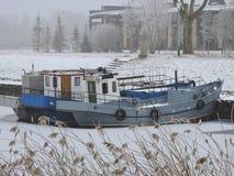 在口岸在冬天,立陶宛的两艘船 免版税库存图片