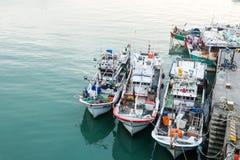 在口岸旁边的小船 免版税库存照片