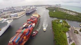 在口岸沼泽地佛罗里达的船 股票视频