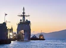 在口岸的一个美国海军巡洋舰在旧金山 库存照片