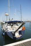 在口岸的一条蓝色游艇等待 海是镇静的 免版税库存照片