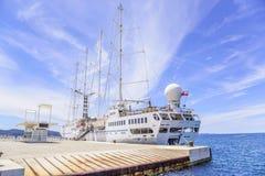 在口岸的一艘大巡航帆船在市的堤防扎达尔 库存图片