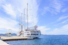 在口岸的一艘大巡航帆船在市的堤防扎达尔 库存照片