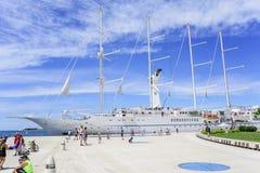 在口岸的一艘大巡航帆船在市的堤防扎达尔 图库摄影