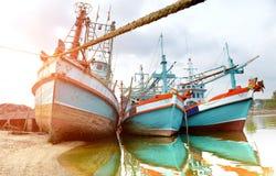 在口岸的大木渔场小船中止 库存照片