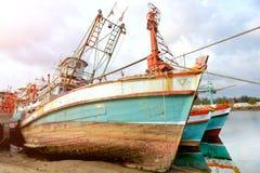 在口岸的大木渔场小船中止 免版税库存照片