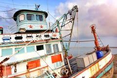 在口岸的大木渔场小船中止 免版税库存图片