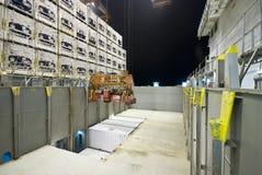 在口岸的容器操作与起重机和台架装货/释放容器 免版税库存图片