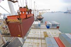 在口岸的容器操作与起重机和台架装货/释放容器 图库摄影