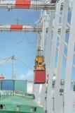 在口岸的容器操作与起重机和台架装货/dis 免版税库存图片