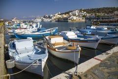 在口岸的小五颜六色的渔船 Elunda港口在克利特,希腊 库存照片