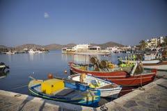 在口岸的小五颜六色的渔船 Elunda港口在克利特,希腊 免版税库存图片