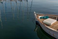 在口岸的小白色木小船 库存照片