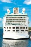 在口岸的巨大的白色乘客游轮 户外 免版税库存图片