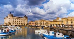 在口岸的意大利,西西里岛,西勒鸠斯老镇小船 股票录像