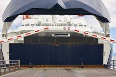 在口岸的挪威载汽车轮船着陆 开放的障碍 库存图片
