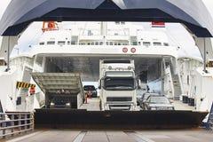 在口岸的挪威载汽车轮船着陆 开放的障碍 图库摄影