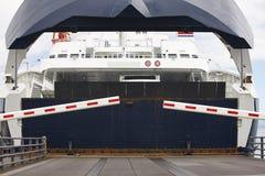 在口岸的挪威载汽车轮船着陆 开放的障碍 免版税图库摄影
