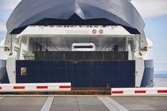 在口岸的挪威载汽车轮船着陆 被关闭的障碍 免版税库存图片