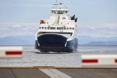 在口岸的挪威载汽车轮船着陆 被关闭的障碍 库存照片