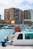 在口岸的旅游小船,与西班牙旗子 库存图片