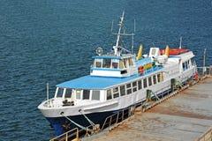 在口岸的汽艇 免版税库存图片