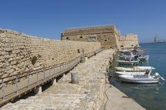 在口岸的渔船在伊拉克利翁,克利特海岛,希腊 图库摄影