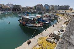 在口岸的渔船在伊拉克利翁,克利特海岛,希腊 免版税图库摄影