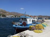 在口岸的渔船在Livadi在塞里福斯岛海岛上咆哮 库存照片
