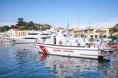 在口岸的白色意大利海岸警卫小船 免版税库存图片
