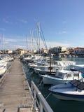 在口岸的白色游艇等待 游艇在码头 免版税图库摄影