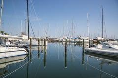 在口岸的白色游艇等待 里米尼,意大利 图库摄影