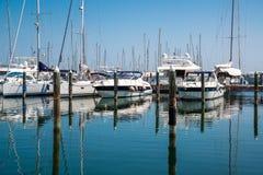 在口岸的白色游艇等待 里米尼,意大利 免版税图库摄影