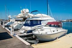 在口岸的白色游艇等待 里米尼,意大利 免版税库存照片