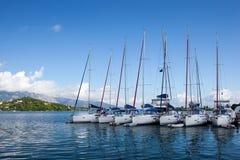 在口岸的白色游艇 免版税库存照片