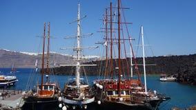 在口岸的老小船在圣托里尼,希腊 免版税库存照片