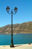 在口岸的老街道路灯柱在莱夫卡斯州海岛上 免版税库存图片