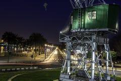 在口岸的老起重机在夜之前 库存图片